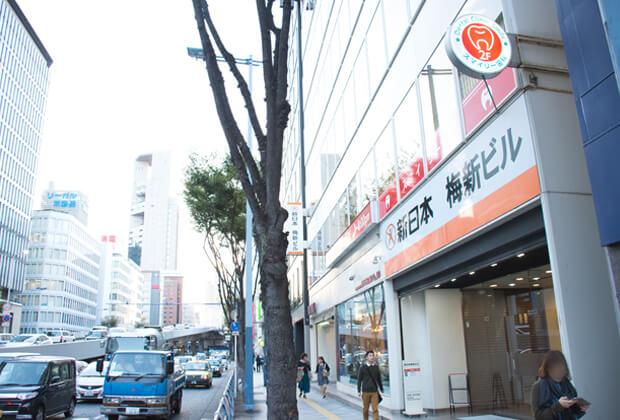 新日本梅新ビルの看板が目印